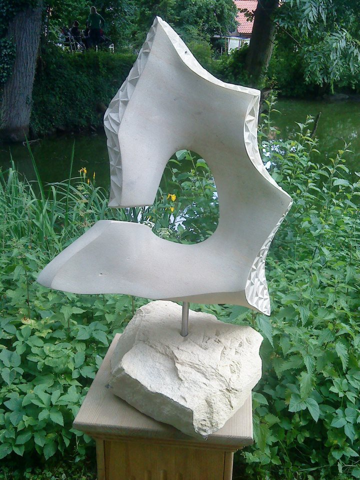"""Skulptur """"Broken Stella"""" auf Sockel"""